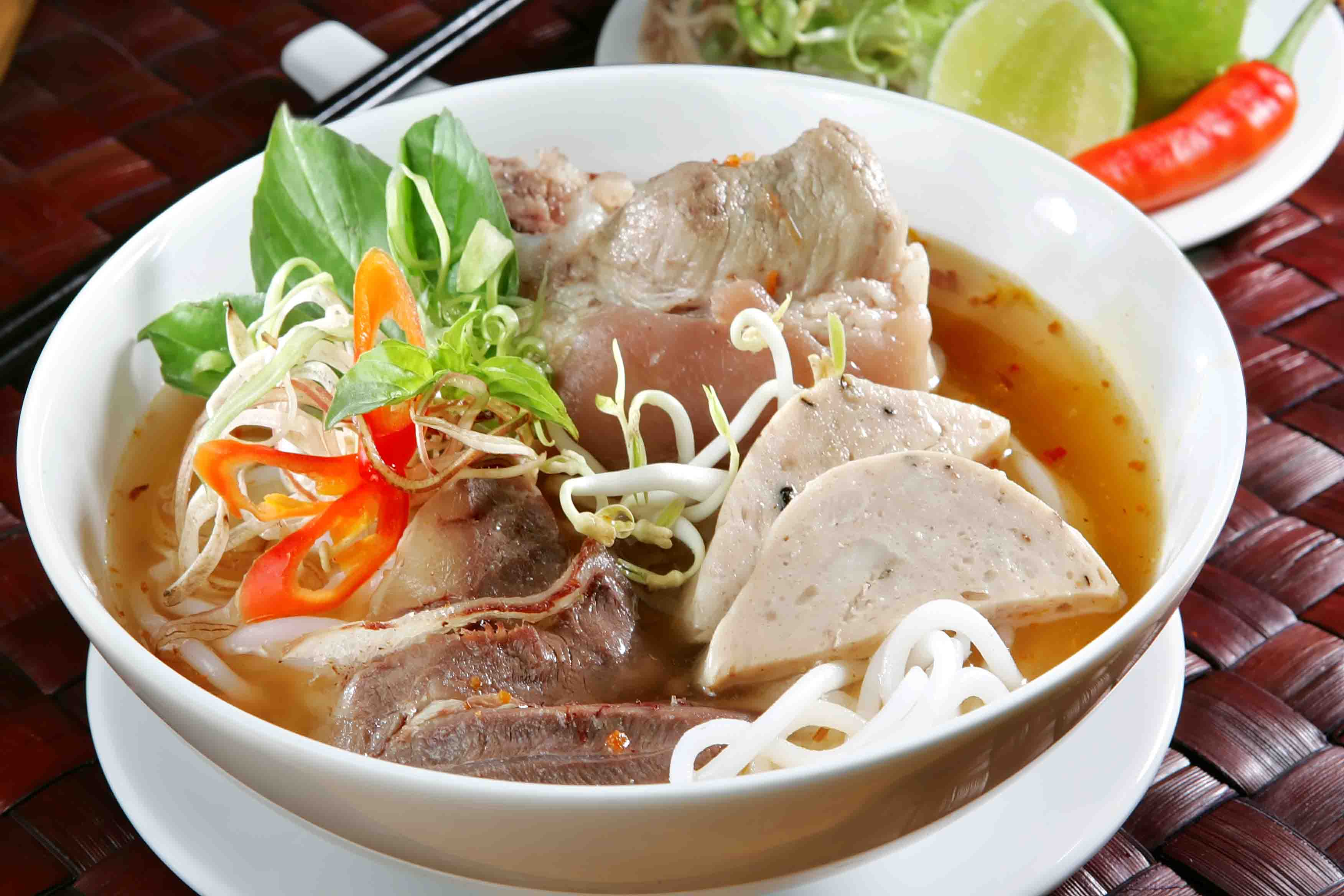 Vietnamese Food: How to make BUN BO HUE – Vietnamese Spicy Beef Noodle Soup